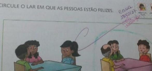 Mãe afirma que conteúdo de livro didático é racista e discriminatório.( Foto: Reprodução/Facebook)