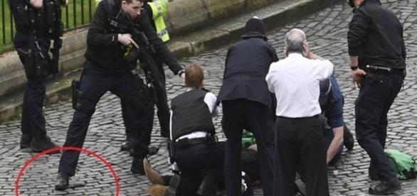 Suposto terrorista é socorrido por autoridades britânicas após atentado em Londres