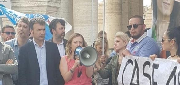 Giorgia Meloni, leader di Fdi, durante il flash mob contro la Raggi.