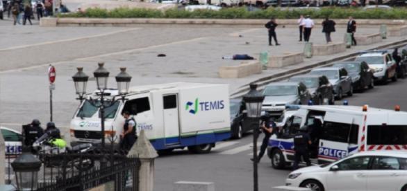 Imagen del lugar donde un hombre atacó a un policia en París