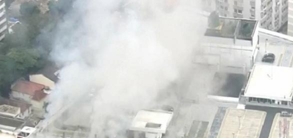 Incêndio foi considerado de médias proporções mas, felizmente, não houve feridos (foto: Reprodução / Twitter)