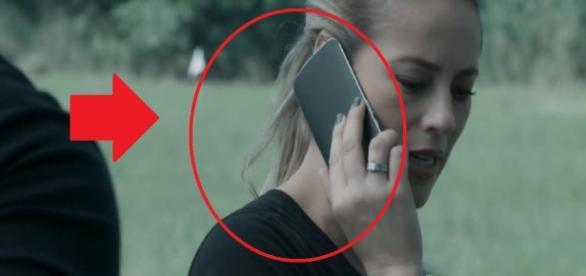 Paolla usa celular ao contrário - Google