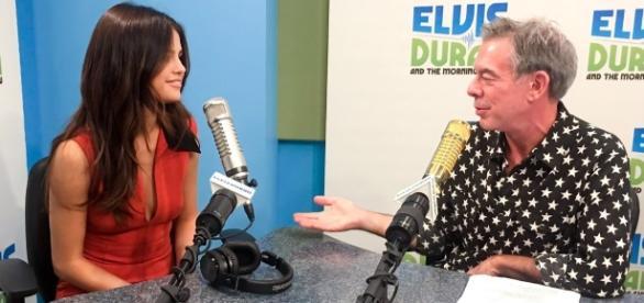 Selena Gomez participando do programa de rádio Elvis Duran, em Nova York (foto: getty)