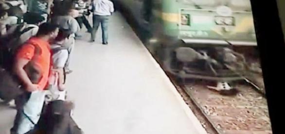 Garota é atropelada por trem na Índia (Foto: Reprodução)