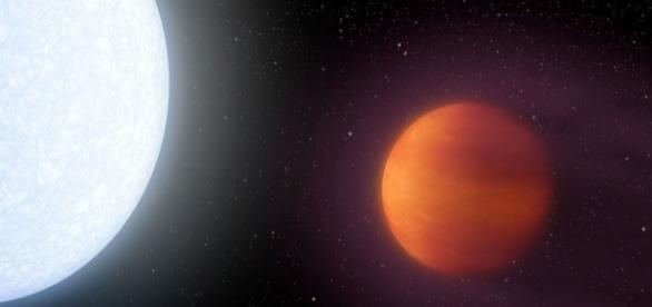 KELT-9b (à direita) possui uma temperaura superficial de mais de 4 mil graus Celsius
