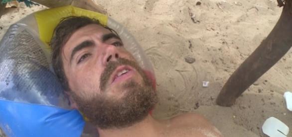 """Juan, concursante de """"La Isla"""", siendo atendido por los médicos tras el ataque de una manta"""