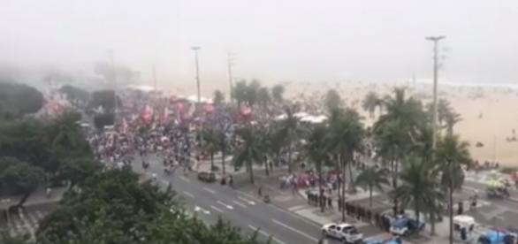 """Registro da manifestação """"Diretas Já"""" em Copacabana (Foto: Reprodução)"""