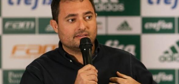 Alexandre Mattos, executivo de futebol do Palmeiras, conversa na Academia
