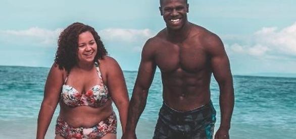Foto publicada por Jazzy mostra o casal curtindo a praia ( Foto: Reprodução)