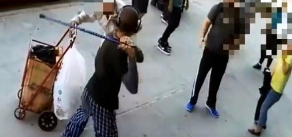 homem agrediu idoso de forma covarde e foi contido por populares.