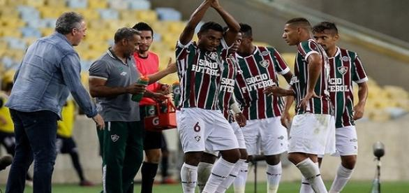 De braços estendidos, Wendel é reverenciado por jornalistas por suas exibições no Fluminense (Foto: Lucas Merçon/Divulgação FFC)