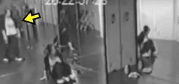 O suposto fantasma aparece em espelho da escola de dança / Foto: Reprodução