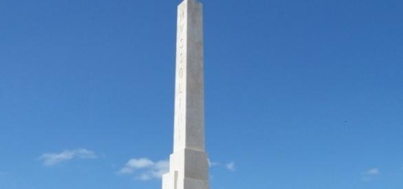 Un'immagine della colonna inneggiante a Mussolini e al fascismo situata al Foro Italico