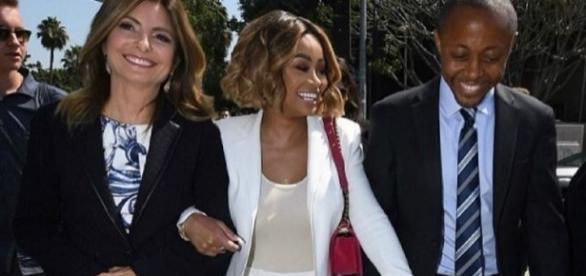 Blac Chyna muito sorridente na saída do tribunal