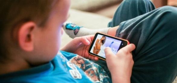 Criança de 5 anos está sendo acusada de enviar fotos pornográficas (Foto: Reprodução)