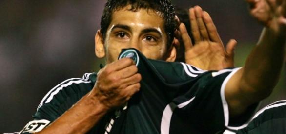 Diego Souza beija escudo quando jogava no Palmeiras. ( Foto: Reprodução)