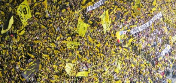 Football Fans | suesun https://pixabay.com/en/football-fans-football-stadium-797383/