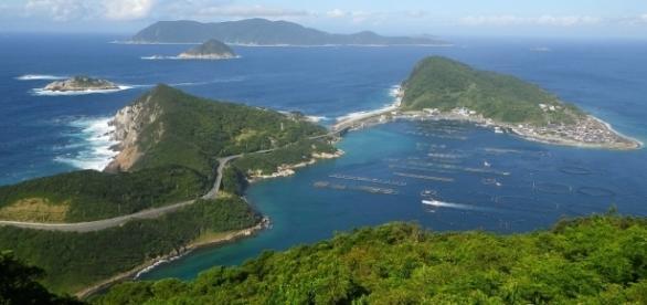 Okinoshima and Kashiwajima by authorAs6022014 via Wikimedia Commons