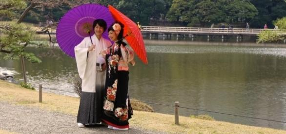 Hamarikyu Garden : Japanese couple in traditional attire by Manish Prabhune via Flickr