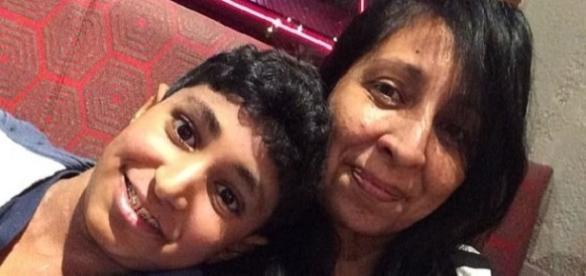Karan, que sofria de alergias, aqui com sua mãe
