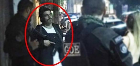 Caio Castro é flagrado com fuzil de verdade