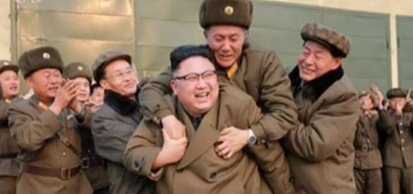 Kim Jong-un festeggia il suo nuovo missile intercontinentale.