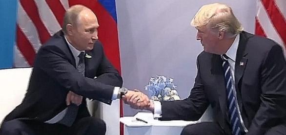 O mały włos byłby pocałował Putina w rękę! (screen: Вести недели с Дмитрием Киселевым от 09.07.17)