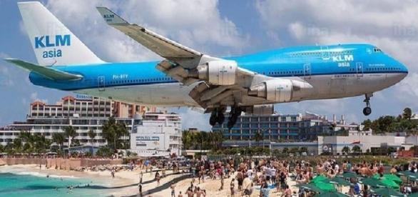 O turistă a murit după ce a fost lovită de suflul unui avion cu reacție pe celebra plajă Maho din Caraibe - Foto: iha.com