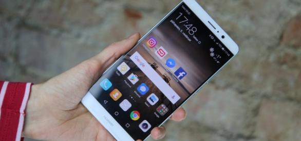 Huawei Mate 10 could feature bezel-less design / Photo via Andri Koolme, Flickr
