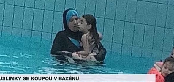 Nowy gatunek pingwina wywołał ostrą dyskusję w Czechach (screen: Oblečené muslimky ohrožují zdraví návštěvníků aquaparku, YouTube