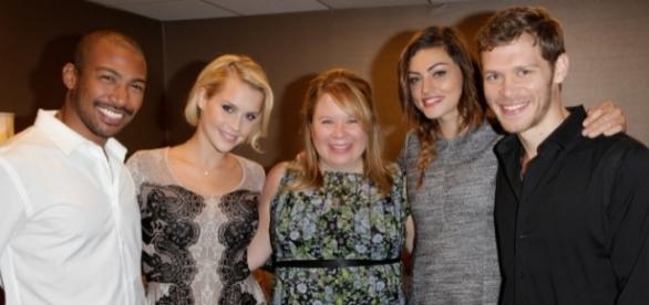 'The Originals': Julie Plec com alguns atores do elenco (Foto: CW)