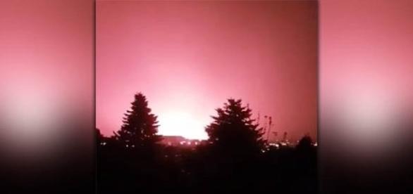 Bizarras luzes vermelhas, no céu de Budapeste, assustam moradores (YouTube)