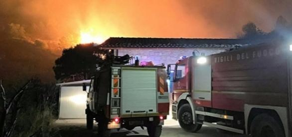 Intervento dei vigili del fuoco durante un incendio (vigilfuoco.it)