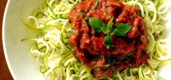 Macarrão de legumes com molho de tomate