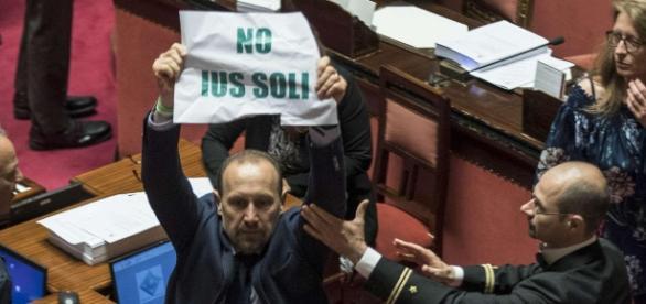 Proteste della Lega al Senato sullo Ius soli