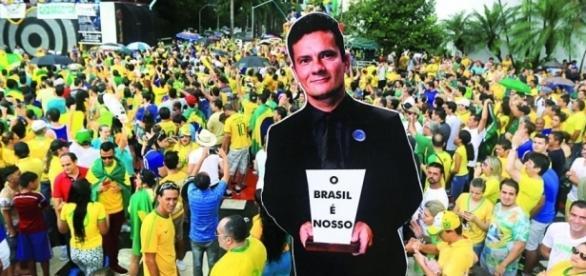 Sergio Moro é exaltado pelo povo brasileiro e chamado de herói