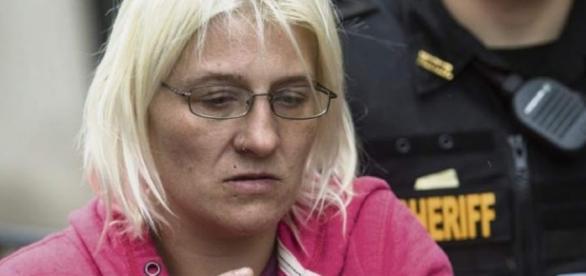 Una donna oltre a prostituirsi, vendeva la figlia ai pedofili: una storia orrenda successa in Usa.
