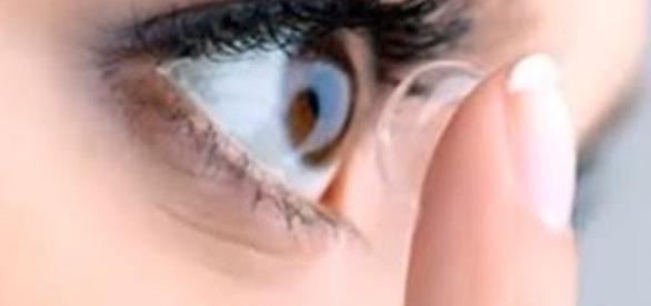 Woman had 27 contact lenses in one eye [Image: MCTV/YouTube screenshot]