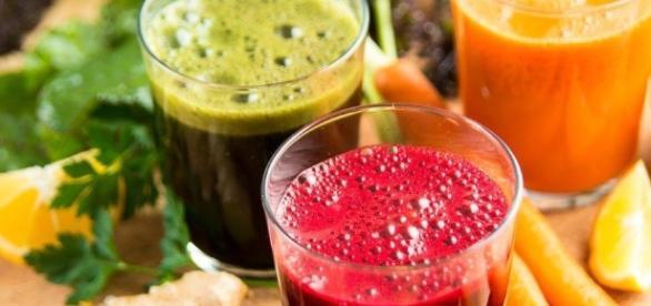 Sucos detox feitos com frutas, legumes e verduras. ( Foto: Google)