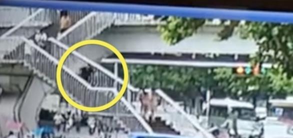 Câmera de segurança flagrou o momento da queda da mulher (Foto: Captura de vídeo)