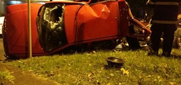 Carro em que o casal estava ficou totalmente destruído - Foto: Divulgação/BM