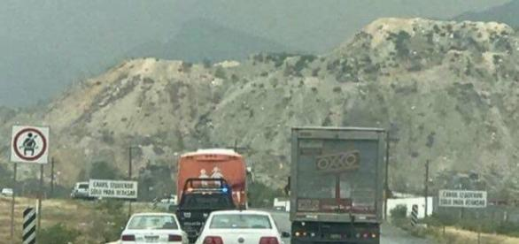 """El """"autobús de la libertad"""" siendo escoltado por dos granaderas fuera de la Ciudad de Monterrey"""
