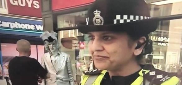 Estátua viva perde o controle e começa a gritar enlouquecidamente durante reportagem da BBC (BBC)