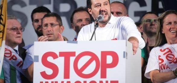 Il leader della Lega Matteo Salvini durante una manifestazione contro l'invasione di migranti dall'Africa