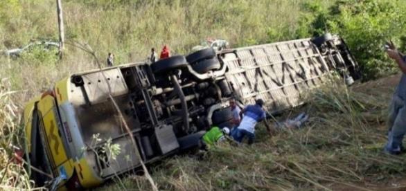 Ônibus caiu em ribanceira cerca de uma hora da partida - foto: Divulgação/PMEMG