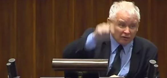 Rozwścieczony Kaczyński przemawia z mównicy (źródło: youtube.com).