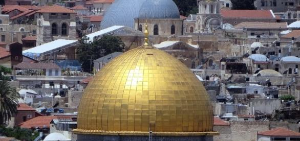 The Dome sacred to Christians, Arabs and Jews in Jerusalem.https://pixabay.com/en/dome-on-the-rock-holy-sepulchre-1618236/