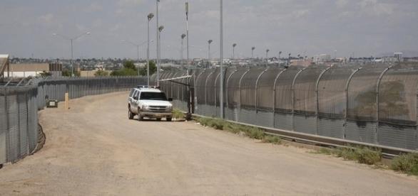 U.S. border fence near EL PASO (credit – Gingrey House page – wikimediacommons)