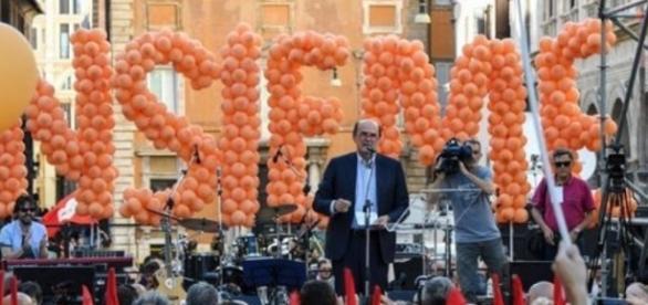 Pierluigi Bersani sul palco di piazza Santi Apostoli battezza il movimento Insieme