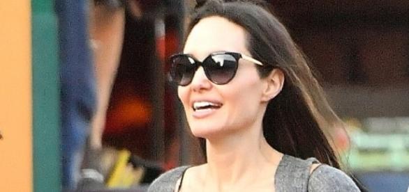 Angelina aparece sorridente ao lado dos filhos (Foto: Reprodução)